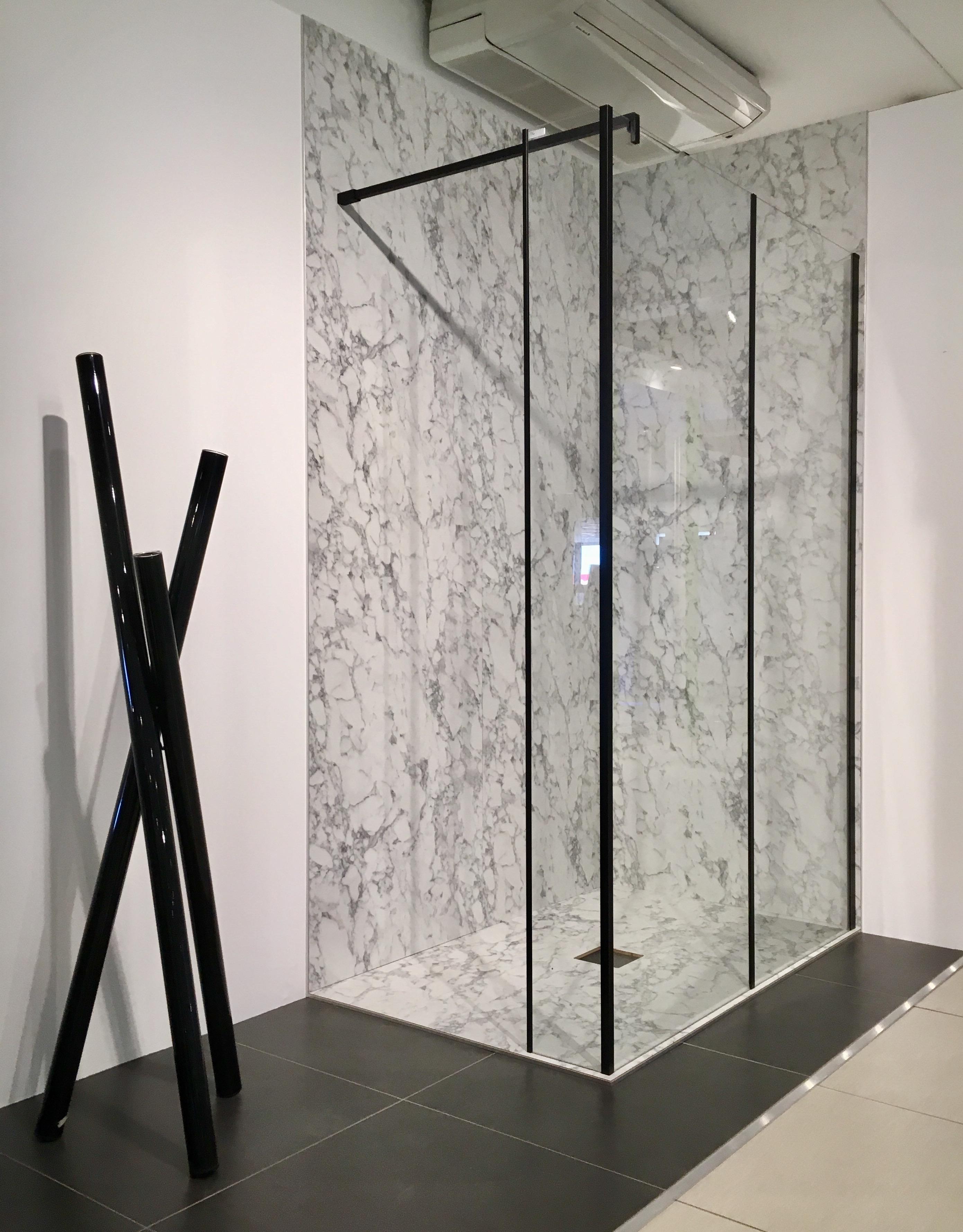 Glaswand met zwarte profielen